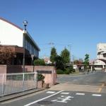 芳明小学校約300m